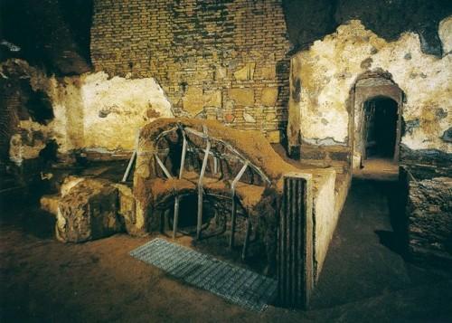 Sepulcros primitivos de los Santos en las catacumbas homónimas. Roma (Italia).