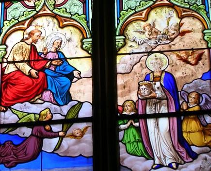 La Santa es recibida en el cielo por Jesús y María. Vidriera decimonónica en Pontivy, Francia.