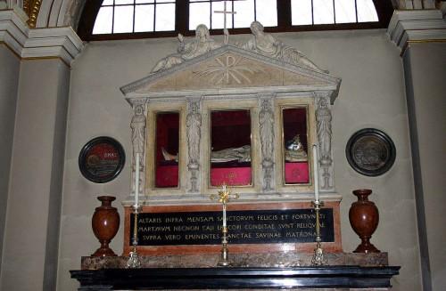Tumba de Santa Savina en la Basílica milanesa de San Ambrosio.