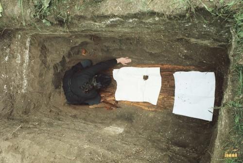 Exhumación de los restos del santo en el cementerio de Svatovo Lucka.
