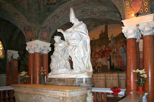 San Emigdio bautiza a Polisia. Conjunto escultórico sobre el sarcófago del Santo. Cripta de la catedral de Ascoli Piceno.