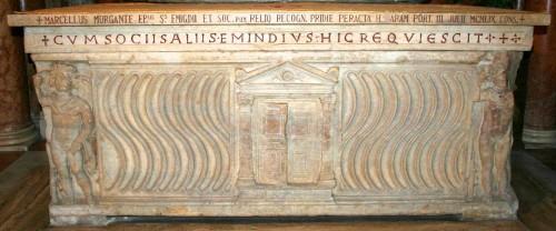 Sarcófago romano que conserva las reliquias de San Emigdio y sus tres compañeros. Cripta de la catedral de Ascoli Piceno.