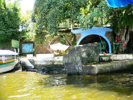 """Cueva """"el Tegal"""" a orillas de la laguna de Catemaco donde supuestamente se apareció la Virgen del Carmen."""