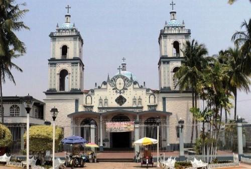 Vista de la fachada de la Basílica de la Virgen del Carmen de Catemaco, Veracruz.