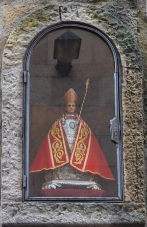 Nicho de San Fermín en la célebre cuesta de Santo Domingo, en Pamplona (España).