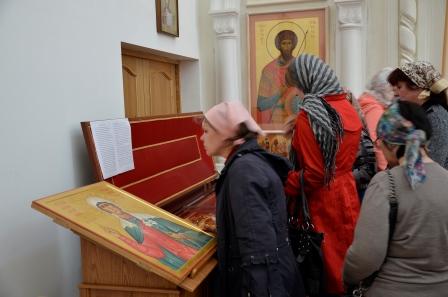 Fieles ortodoxos venerando el icono y las reliquias de la Santa. Iglesia de San Vladimir, Volgogrado (Rusia).