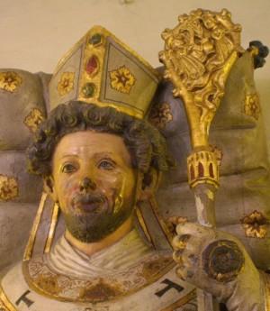Escultura en la tapa del sepulcro del santo.
