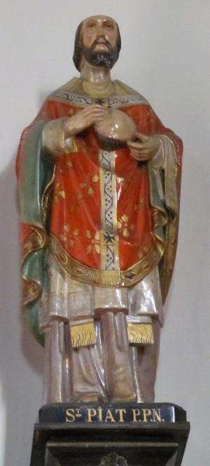 Escultura del Santo sujetando parte de su cráneo cortado.