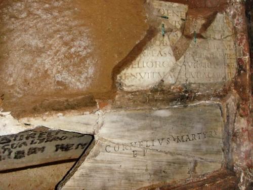Lápida sepulcral en las catacumbas de San Calixto, Roma (Italia).