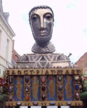 Procesión con el relicario del cráneo del santo en Tournai (Bélgica).