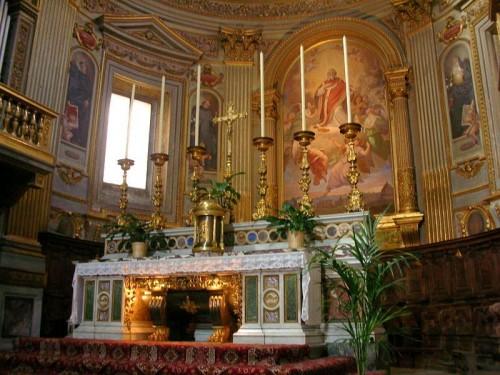 Sarcófago en el altar mayor de la Basílica romana de San Marcelo al Corso.