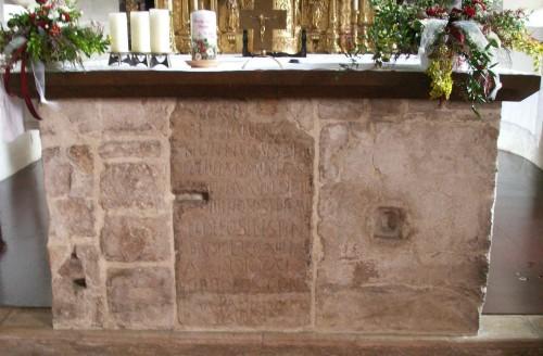 Primitiva piedra sepulcral que se encuentra en iglesia de Molzbichl (Austria).
