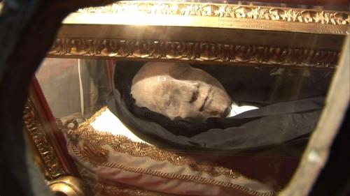 Detalle del cuerpo incorrupto de la Santa, recubierto con una máscara.