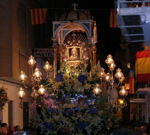 Procesión de la venerada imagen por las calles de Navajas, Castellón (España).
