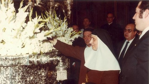 Con el paso de Santa Ángela de la Cruz.