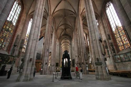 Vista de la nave central de la iglesia de San Sebaldo en Nuremberg (Alemania), con el sepulcro del Santo en el centro.