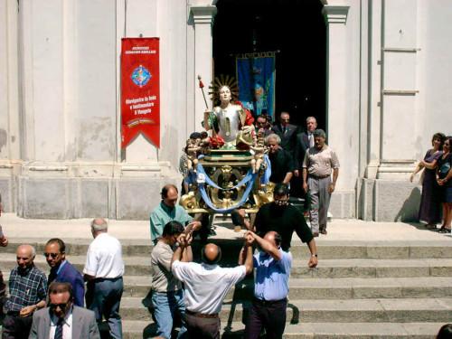 Procesión con el busto de San Justo, mártir, en Palermiti (Italia).