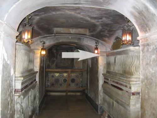 Sepulcro del Santo en la cripta de la Basílica de Santa Praxedis, Roma (Italia).