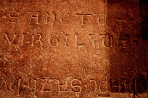 Inscripción en la tumba de San Virgilio. Catedral de Salzburgo, Alemania.
