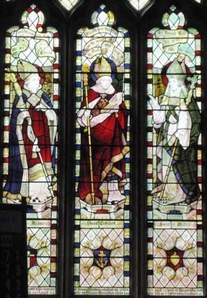 San Wilfrido (derecha), San Cutberto (centro) y San Aidán (izquierda). Vidriera en Acomb, Northumberland (Gran Bretaña).