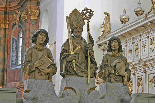 Bustos de los tres Santos.