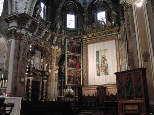 Imagen de la Virgen con el retablo abierto. Catedral de Valencia, España.