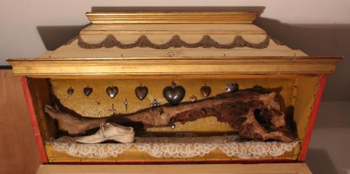 Urna con la pierna derecha del Santo.