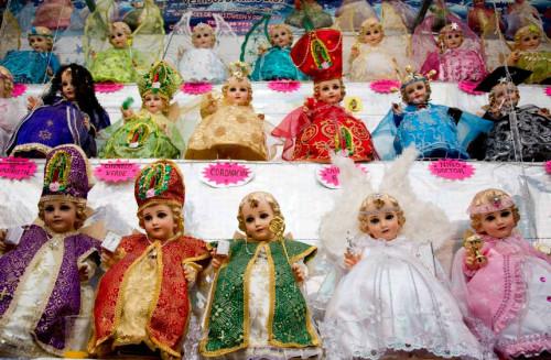 Diversos modelos de ropa para el niño Dios usados el 2 de febrero en la bendición de imágenes.