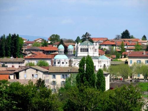 Vista de la localidad de Ars (Francia), con la Basílica del Santo en el centro.