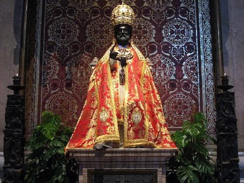 La imagen de San Pedro engalanada. Basílica Vaticana, Roma, Italia.