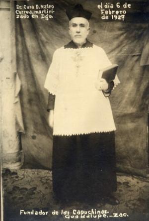 Fotografía en su hábito sacerdotal.