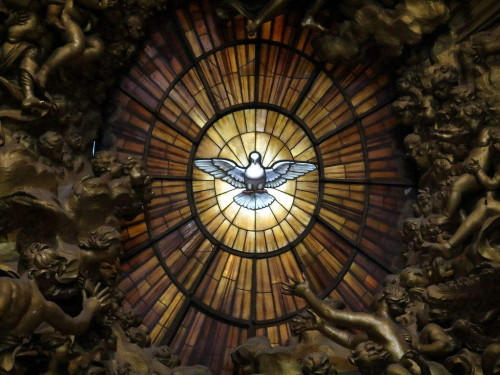 Espíritu Santo en la vidriera superior de la  Cátedra. Basílica Vaticana, Roma, Italia.