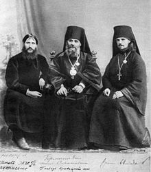 El Santo fotografiado entre Rasputín e Iliodor Germogen.