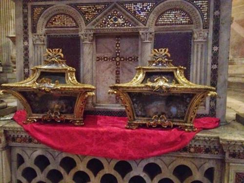 Reliquias de los Santos dispuestas en urnas para su veneración.