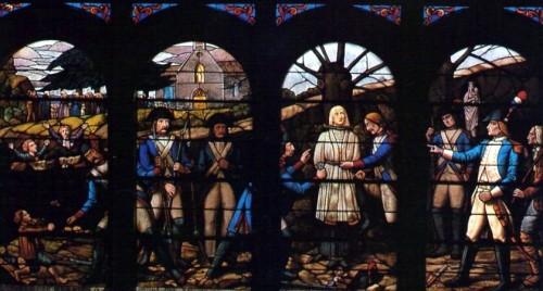 Martirio del párroco. Vidriera de Fournier en la capilla de Petit-Luc, La Vendée (Francia).