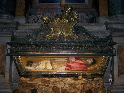 Vista del sepulcro abierto del Santo, mostrando la figura que contiene las reliquias. Basílica de Santa María la Mayor, Roma (Italia).