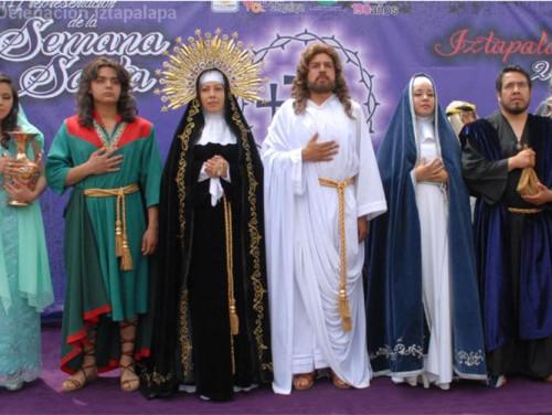 Parte del elenco que conforman la representación del Vía Crucis de Iztapalapa en honor al Señor de la Cuevita.