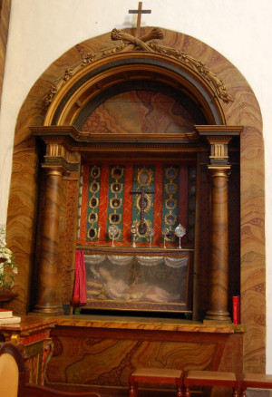 Visión en conjunto del nicho relicario de la Santa mártir. Iglesia del Convento del Carmen, Santiago de Compostela (España). Fotografía: Francisco Pena Rodríguez.