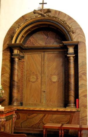 Vista del altar o nicho cerrado, en su estado habitual. Iglesia del convento del Carmen, Santiago de Compostela, Epsaña. Fotografía: Francisco Pena Rodríguez.