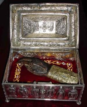Relicario con la mano incorrupta del Santo.