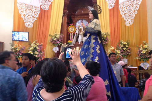 Imagen procesional de la Santa entre los devotos. Xico, México.