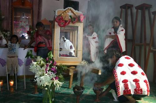Los lugareños venerando la imagen de la Virgen de la Masacre, Acteal (México).