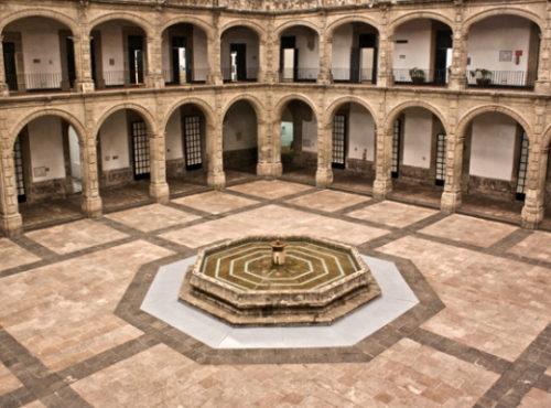 Claustro del ex convento y ex hospital de san Hipólito en la ciudad de México.