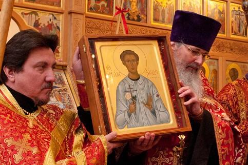 Mostrando el icono del Santo al pueblo durante su canonización en Munich.
