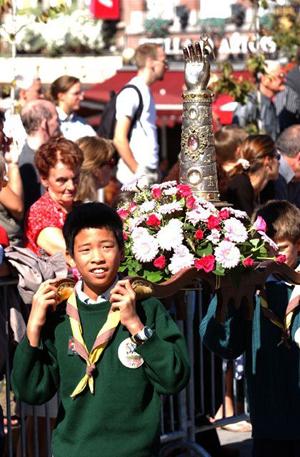Relicario de la Santa sacado en procesión en la ciudad de Tournai (Bélgica)
