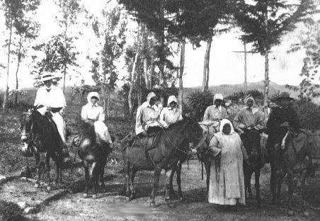 La Santa, fotografiada con las Misioneras Lauritas en las mulas que usaban de medio de transporte.