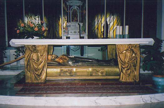 Sepulcro de la Santa bajo el altar. Santuario de Santa Gema Galgani, Lucca (Italia)