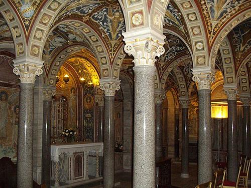 Imagen actual de la cripta donde reposan los restos de los Santos Cecilia, Tiburcio y Valeriano (sobre el altar adosado). Iglesia de Santa Cecilia In Trastevere, Roma (Italia)