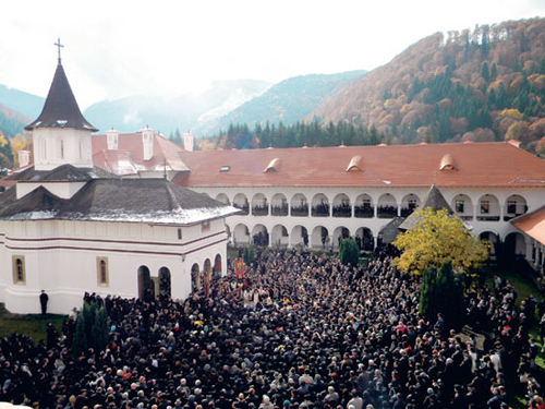 Fotografía del multitudinario funeral del Padre Teofil Paraian. Monasterio Brancoveanu, Sambata de Sus (Rumanía).