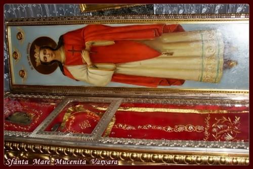 Detalle de la urna con el cuerpo de la Santa expuesto a la veneración de los fieles. Catedral ortodoxa de San Vladimir, Kiev (Ucrania).